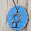 Porte-manteau bleu à un crocher fabriqué à la main à partir de baril de pétrole