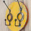 Porte-manteau jaune à double crochets fabriqué à partir de baril de pétrole