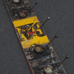 Porte-manteau jaune et noir à cinq crochets