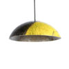 Photo de la lape de suspension upcycling jaune et noire.