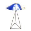 Lampe sur pied en métal upcycling de couleur bleu et blanc. La partie bleue de l'abat jour est plus visible.